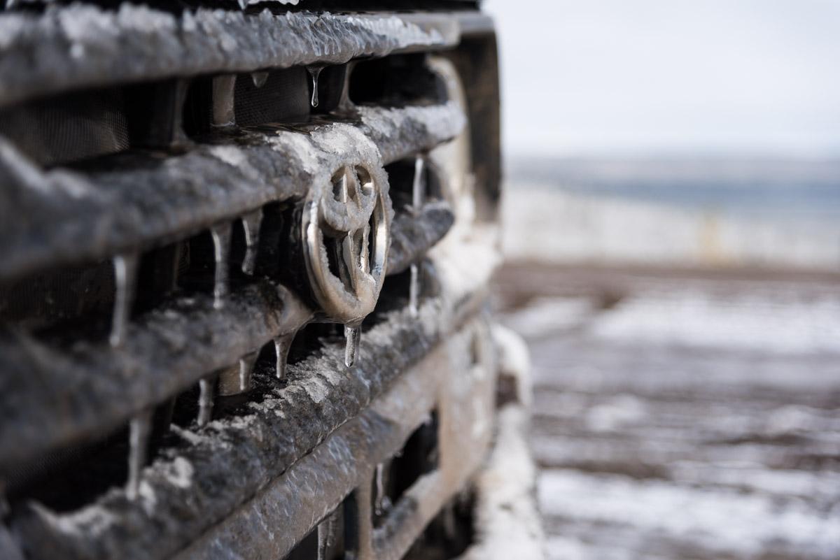 Eiszapfen am Kühlergrill