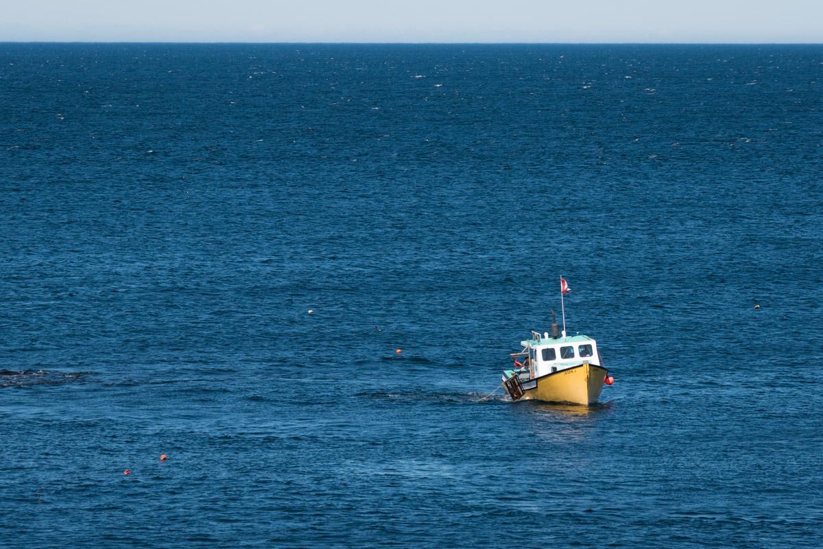 Fischer beim Einholen der Hummerkörbe