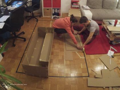 Pappmodell im Wohnzimmer