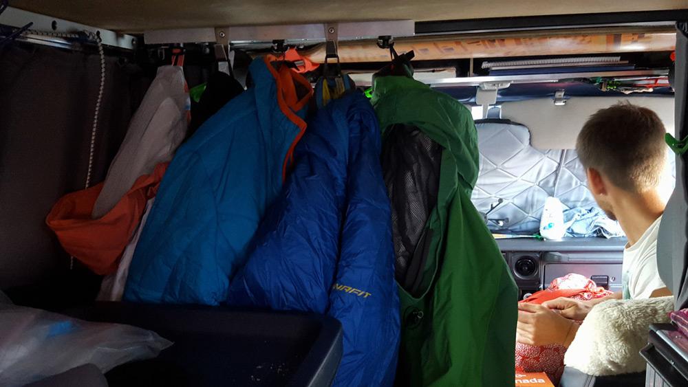 die Garderobe im Camper